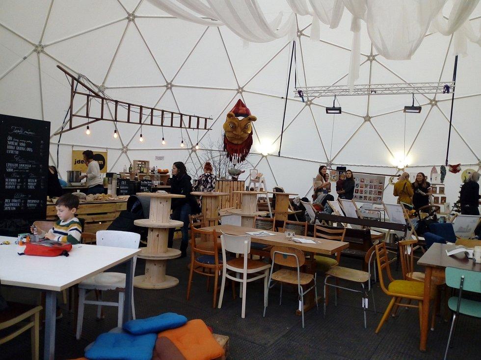 V iglů kavárně před divadlem Bouda se koná design market.