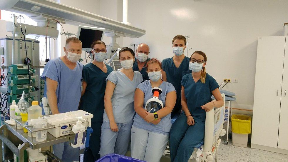 Vlevo na snímku je primář ARO českobudějovické nemocnice Richard Tesařík společně se svými kolegy.