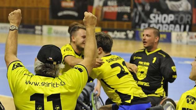 DOKÁZALI TO. Vlevo Vladislav Pešek, uprostřed se radují Tomáš David a Adam Šimonek, oddechl si také Jiří Němec.
