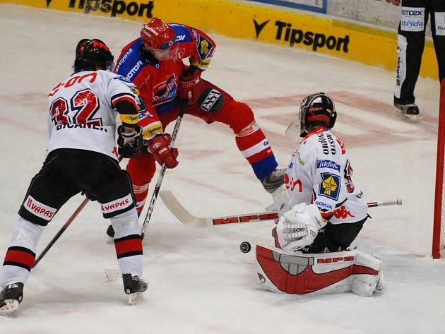Hokejisté HC Mountfield po dobrém výkonu zdolali Znojmo 3:0. Na snímku srdnatě bojuje Jiří Šimánek před brankou soupeře s obráncem Bičánkem a brankářem Trvajem.