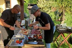Když Jiří Lhota vaří v soukromí, jde o nezapomenutelný zážitek. Nejraději kuchtí asijskou a moderní českou kuchyni. Při přípravě rád komunikuje s hosty a zapojuje je do procesu.