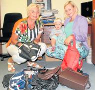 RODINNÁ SBÍRKA. Libuše Chocová (vlevo) a Lenka Benešová přispěly do letošního veletrhu šestnácti kabelkami. Vybírat nové si možná přijde i malá Evička.