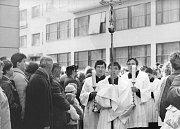 Dosud nikde nezveřejněné fotografie z biskupského svěcení v Českých Budějovicích dne 31. 3. 1990 s Miloslavem Vlkem. archiv Rudolfa Pischeka