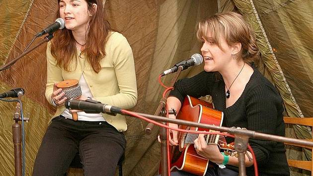 Písničkářky Markéta Hávová a Klára Šimková (zleva) získaly o víkendu na festivalu Porta v Řevnicích u Prahy za píseň Šesticípá hvězda cenu porotce Vojtěcha Kiďáka Tomáška.