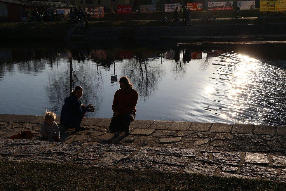 Krásné počasí v pátek lákalo stovky lidí k procházkám u řeky Malše, v sobotu se ale vrátil déšť, vítr a ochladilo se.