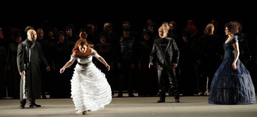 Hudební divadlo v rakouském Linci nastudovalo Wagnerovy Nibelungy. Téměř pětihodinový Soumrak bohů proměnilo v napínavý a dynamický útvar.