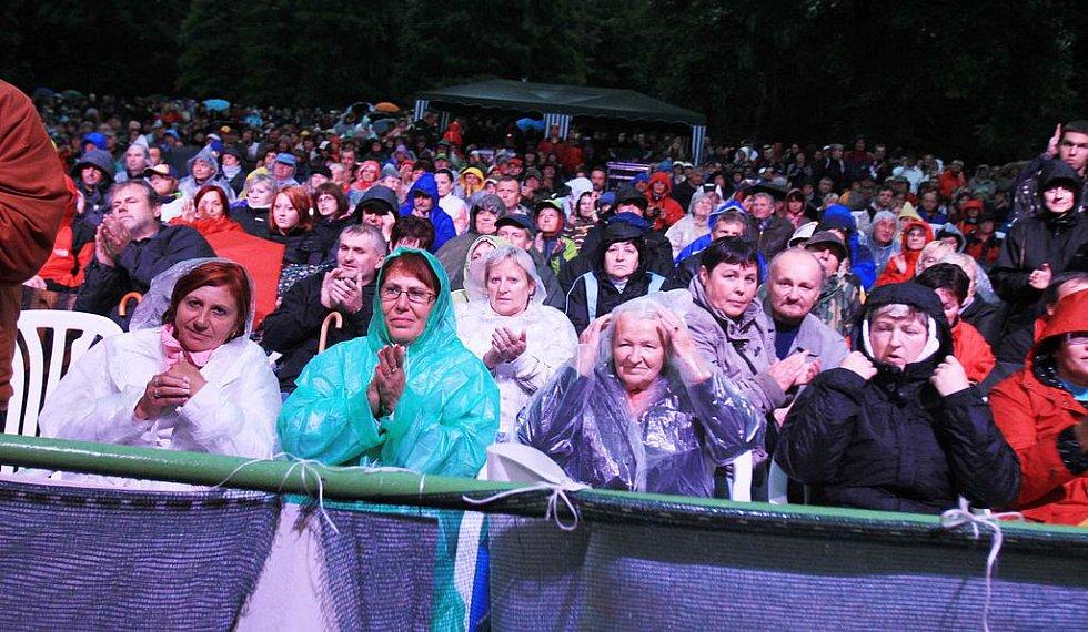 GRÁDY nabralo vystoupení skupiny Olympic s písněmi Vůně benzínu, Dynamit či Otázky. Koncert v třeboňském zámeckém parku vyvrcholil  přídavky, publikum si nadšeně zpívalo hitovky Dej mi víc své lásky a 'hymnu kriminálníků ' Slzy tvý mámy.