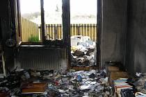 Požár přízemního bytu trojpodlažního domu ve Zlivi likvidovali vsobotu ráno dvě hasičské jednotky.