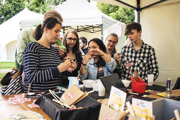 Jak zacházet s hůlkami se naučíte v sobotu na náměstí a také na www. ceskobudejovicky.denik.cz/vietnam.