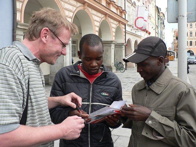 Keňský běžec Eliud Kiptanui ozdobí svou účastí sobotní půlmaraton v Českých Budějovicích. Na snímku vpravo při rozdávání autogramů.