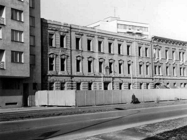 Třída Míru (Pražská, vlevo část Koldomu. Únor 1981.