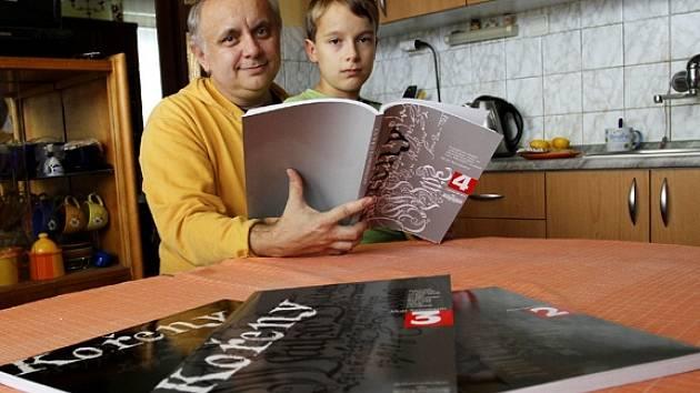 Starokatolický farář a populární rodopisec Alois Sassmann z Malšic napsal novou knihu s názvem Kořeny 4. Na snímku s jedenáctiletým synem Ondřejem.