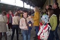 U každoročního předání Betlémského světla na českobudějovickém vlakovém nádraží nechybí už řadu let skauti z Horní Stropnice David Koiš (uprostřed), Pavlína Tichá (vpravo v čepici) a Kristýna Novotná (za ní). Společně jej i letos přivezou na Novohradsko.