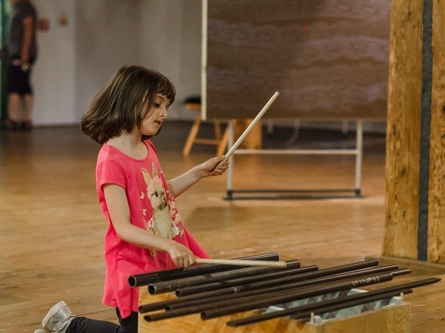 Kolekce asi 20 netradičních hudebních nástrojů zaplnila píseckou galerii Sladovna. V sále Nízké trámy začala v pondělí interaktivní výstava pro rodiny s dětmi nazvaná Snivci, mágové a motýli. Připravil ji tým autorů v čele Petrem Niklem.