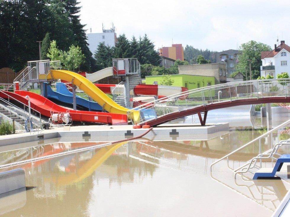 Obyvatelé města v pondělí pokračovali v likvidaci škod, které napáchal víkendový přívalový déšť.