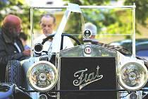 Náves ve Svatém Janu nad Malší zaplnila v sobotu historická vozidla. Sjelo se jich tu sto sedmnáct.