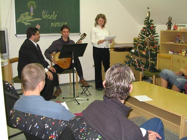 Několik vybraných vězňů si mohlo před Vánocemi poslechnout koncert vážné hudby, kterou přímo ve věznici přednesli studenti JAMU a českobudějovické konzervatoře. Na závěr si společně zazpívali koledy.