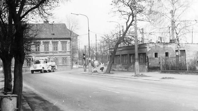 Březen 1980 – pohled Nádražní ulicí směrem ke křižovatce před viaduktem.