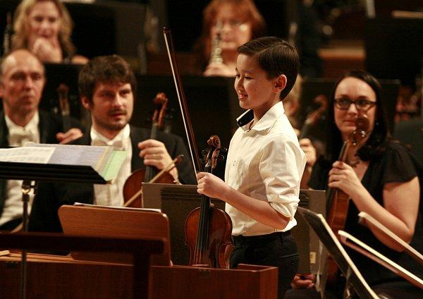 Víc než atrakce byl Daniel Lozakovitj (12), který hrál sJihočeskou komorní filharmonií. Jeho Vivaldi iSaint-Saëns zapůsobili podobně silně jako čeští mistři.
