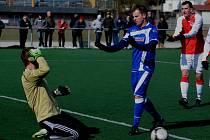 Aleš Hanzlík se omlouvá kunickému gólmanu Šebkovi za nechtěnou srážku, po které hostující brankář musel ze hry odstoupit.