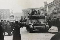 Američané na náměstí v Linci 1945.