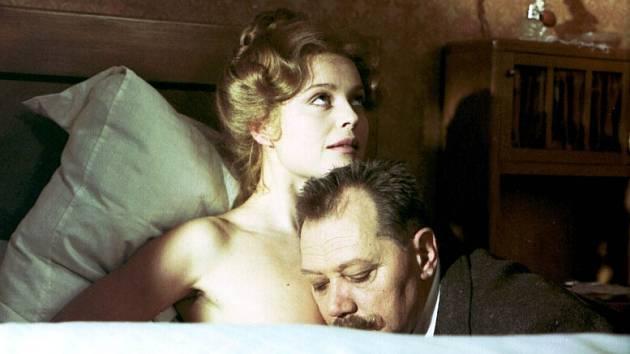Filmové století Bohumila Hrabala, výstava v jindřichohradeckém Muzeu fotografie a MOM, připomíná filmy Postřižiny (na snímku) nebo Slavnosti sněženek.