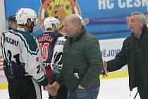 Trenéři Rudolf Suchánek a Jiří Fedur nadále povedou hokejový David servis. Tým postoupil do druhé ligy.