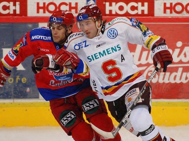 Obránce HC Mountfield Petr Gřegořek (vlevo) blokuje sparťana Petra Tona. Se Spartou Jihočeši prohráli 2:4, v úterý hostí Znojmo (17.30).