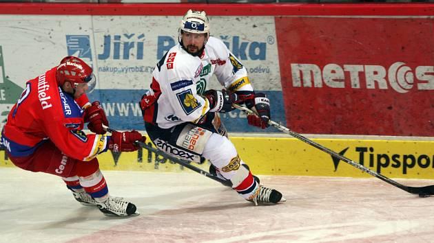 Štěpán Hřebejk (vlevo) stíhá pardubického Tomáše Divíška. Ve čtvrteční předehrávce hokejisté HC Mountfield porazili Pardubice 3:0, v neděli se představí v Třinci.