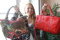 Oděvní výtvarnice Martina Tupá z Českých Budějovic darovala své dvě oblíbené kabelky.