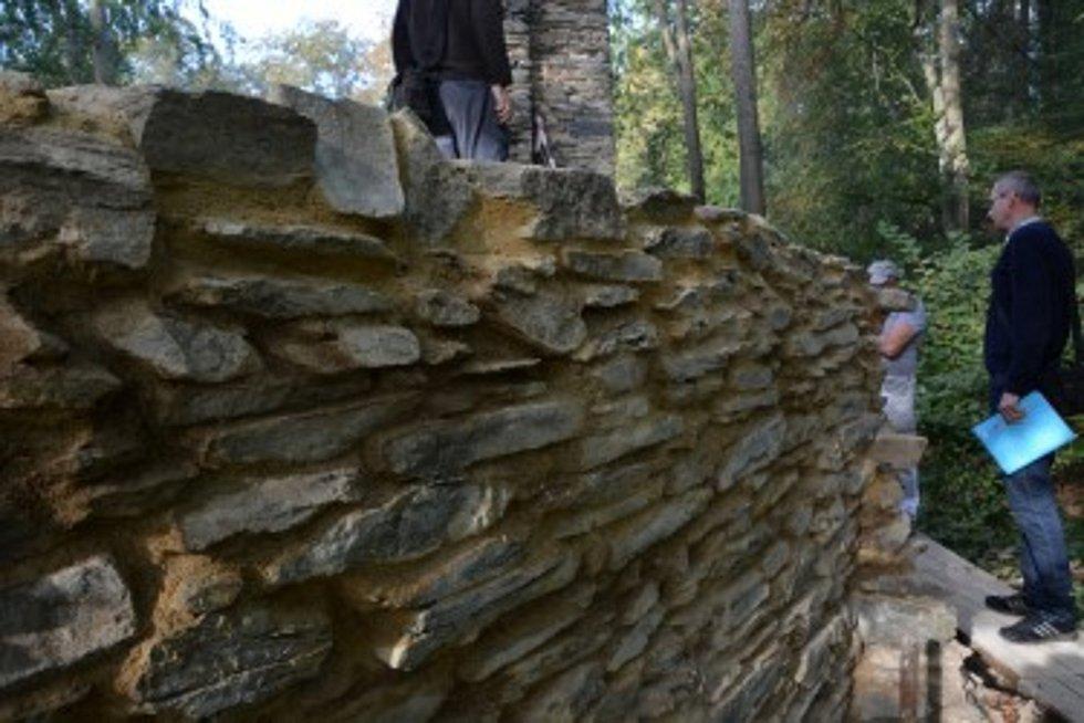 Zajímavá památka na Hlubocku, Karlův Hrádek, začíná další sezonu. Na snímku konzervace zdi kaple.