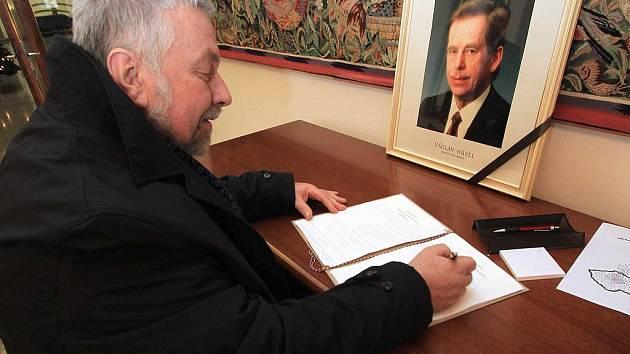 Podepisování kondolenčních listin na českobudějovické radnici.