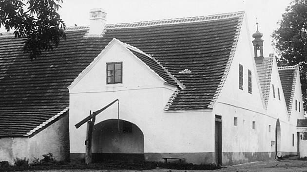 1922. Železniční společnost, provozovatel koněspřežky, si prostory v holkovském hostinci Weselka pronajala, bydleli zde přednosta i drážní strážník.