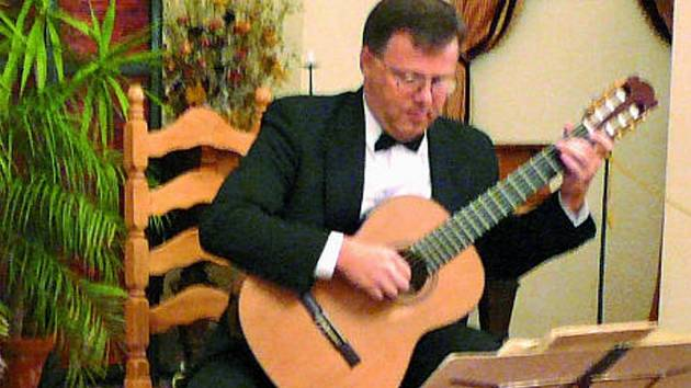Schwarzenberský sál  ožil hudbou interpretovanou  kytaristou Miloslavem Klausem.