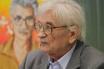 Ludvík Vaculík, který zemřel 6. června 2015 ve věku 88 let, jezdil od roku 1992 besedovat na českobudějovické Gymnázium J. V. Jirsíka, kam ho zvala učitelka Hana Žížalová. Na snímku při besedě loni, v pozadí obraz, který mu namalovala jedna studentka.