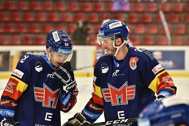 Hned tři zástupce měl Motor na mistrovství světa dvacetiletých vEdmontonu. Český hokej reprezentovali Martin Beránek, Pavel Novák a Šimon Kubíček (na snímku vpravo sMatějem Tomanem).