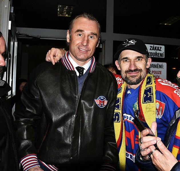 Po třech sezonách se sMotorem rozloučil trenér Václav Prospal (na snímku vlevo se šéfem fanklubu Pavlem Vágnerem). Vklubu zanechal nesmazatelnou stopu. Jako hráč itrenér ho dokázal vytáhnout zprvní ligy mezi elitu.