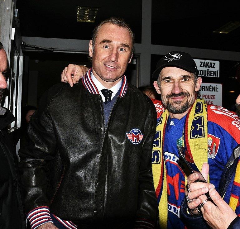 Po třech sezonách se s Motorem rozloučil trenér Václav Prospal (na snímku vlevo se šéfem fanklubu Pavlem Vágnerem). V klubu zanechal nesmazatelnou stopu. Jako hráč i trenér ho dokázal vytáhnout z první ligy mezi elitu.