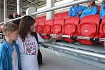 Na Sokolském ostrově v Českých Budějovicích byla při sportovním dnu představena 19. září 2019 i rekonstruovaná tribuna. Zájemci mohli přispět na sedačky. Na snímku Eva Fišerová se synem.