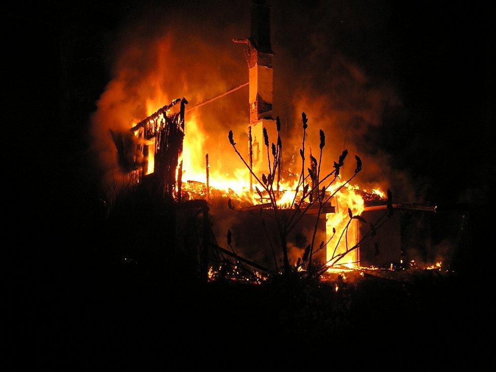 Oheň se po dřevěné chatě rychle rozšířil. Přes rychlý zásah sousedů a hasičů se nepodařilo zachránit ani stavbu, ani neznámého muže uvnitř.