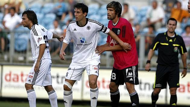 Radim Wozniak (vlevo) brání Tomáše Sedláčka.
