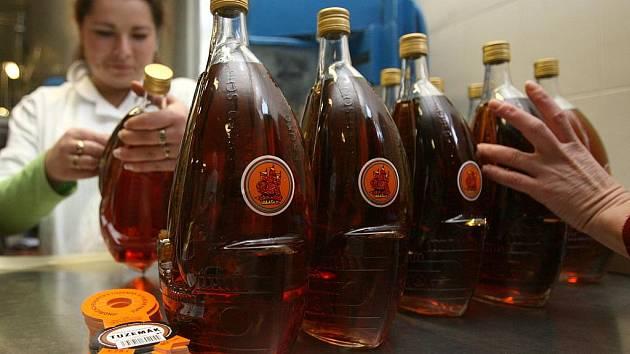 Půllitr tuzemáku čili bývalého rumu s plachetnicí i dalších lihovin podraží od počátku příštího roku asi o osm až deset korun