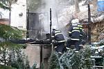 Tragickou událost zatím provázejí nejasnosti. Proto na místě pátraly týmy vyšetřovatelů. Ohořelé tělo skončilo na pitevně.