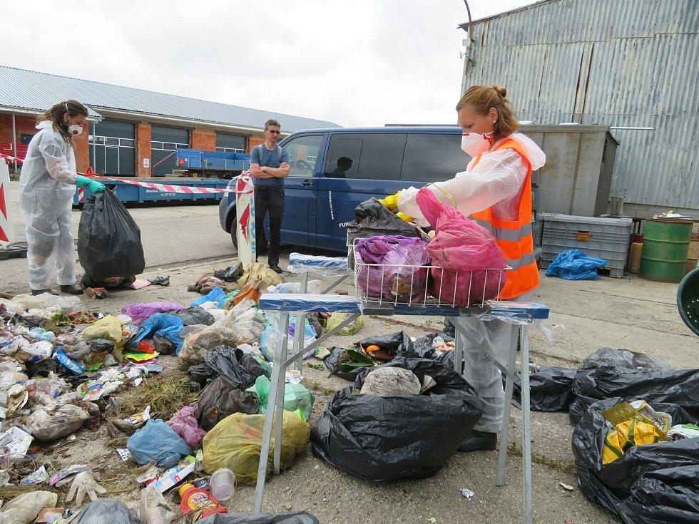 Analýza komunálního odpadu na sběrném dvoře města Rudolfov. Tohle všechno jsou lidé schopní vyhodit do popelnic.