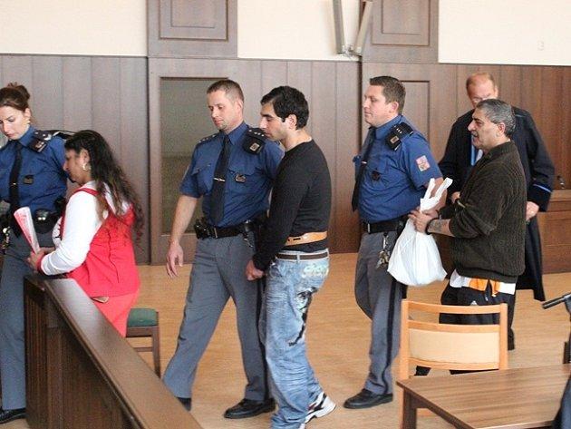 Obžalovani  Vladislava Danihelová, Václav Danihel a bratr zemřelého Tibora Ladislav Danihel v síni budějovického krajského soudu.