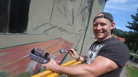 Štěpán Molín zahájil malbu a graffiti na boční straně českobudějovické sportovní hale.