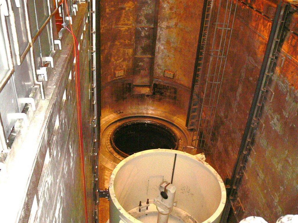 Když je blok v provozu, je v díře umístěn samotný reaktor s palivovými soubory, kde tedy vzniká štěpná reakce ohřívající vodu. Ta pak putuje do parogenerátorů.
