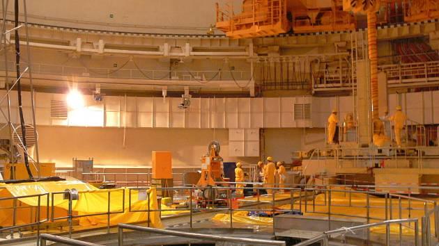 Právě se nacházíme přímo v reaktorovém sále, uvnitř jednoho z dvou bloků Jaderné elektrárny Temelín. Vdobě naší návštěvy zde technici vyměňovali, jako každý rok, jednu čtvrtinu paliva, a proto byl blok odstavený.