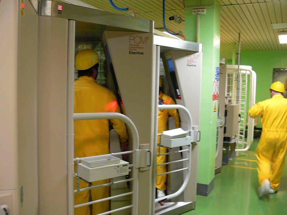 Takto probíhá kontrola radiace u každého ze zaměstnanců, který vychází z reaktorového sálu.