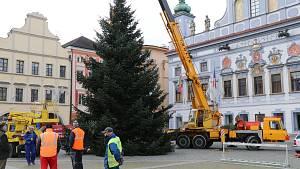 Vánoční strom s policejním doprovodem dorazil pod Černou věž z Nemanic, původ má ale v horách